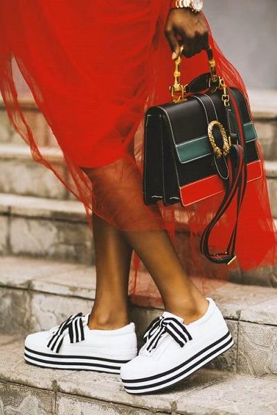 Uniwersalne buty damskie? Białe sneakersy to już ponadczasowy hit